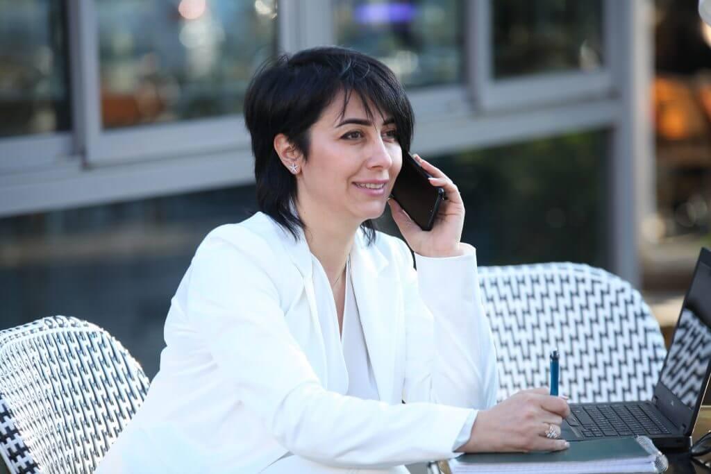 אישה מדברת בטלפון בצילום תדמיתי